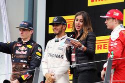 Le vainqueur Lewis Hamilton, Mercedes AMG F1 fête sa victoire sur le podium avec le deuxième, Max Verstappen, Red Bull Racing et le troisième, Kimi Räikkönen, Ferrari, et Noemi de Miguel, TV Presenter