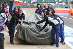 La Sauber C35 de Marcus Ericsson, Sauber F1 Team est ramenée aux stands