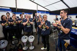 Sebastien Buemi, Renault e.Dams avec Alain Prost et l'équipe, fêtent le titre dans le garage