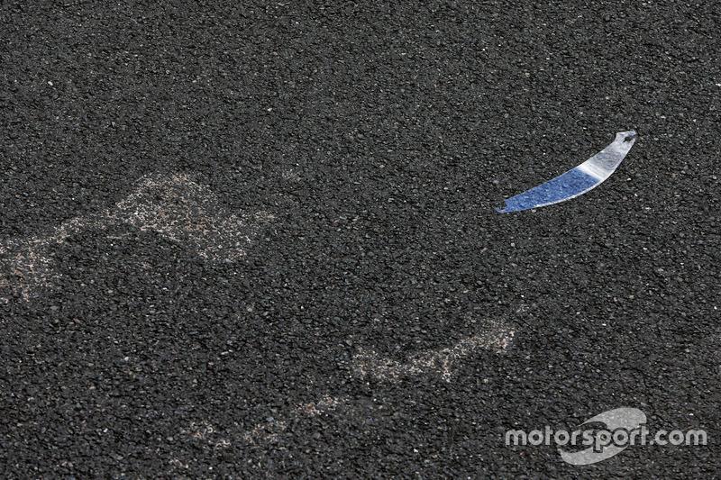 Un tear-off sobre el asfalto después de haber sido lanzado por un piloto