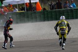 Mika Kallio, Marc VDS Racing Team reacciona con una seña después de ser derribado por Maverick Viña