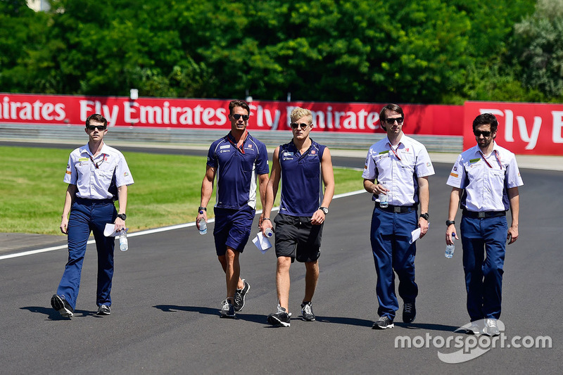 Marcus Ericsson, Sauber F1 Team walks the circuit with the team