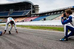 Matthew Parry, Koiranen GP prend une photo d'Alexander Albon, ART Grand Prix