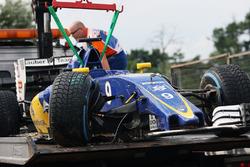 EL Sauber C35 dañado de Marcus Ericsson, es llevado a los pits en la parte trasera de un camión dura