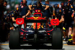 Daniel Ricciardo, Red Bull Racing RB12 in the pits