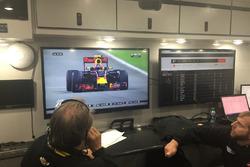 Des membres de Stewart-Haas Racing regardant le GP de Bahreïn de F1