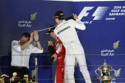 Podium : le vainqueur Nico Rosberg, Mercedes AMG F1 Team, avec Aldo Costa, directeur de l'ingénierie de Mercedes AMG F1