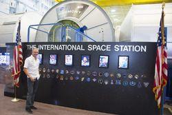 Кевин Шванц во время посещения космического центра NASA