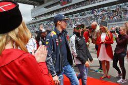 Daniil Kvyat, Red Bull Racing und Sergio Perez, Sahara Force India F1, bei der Fahrerparade