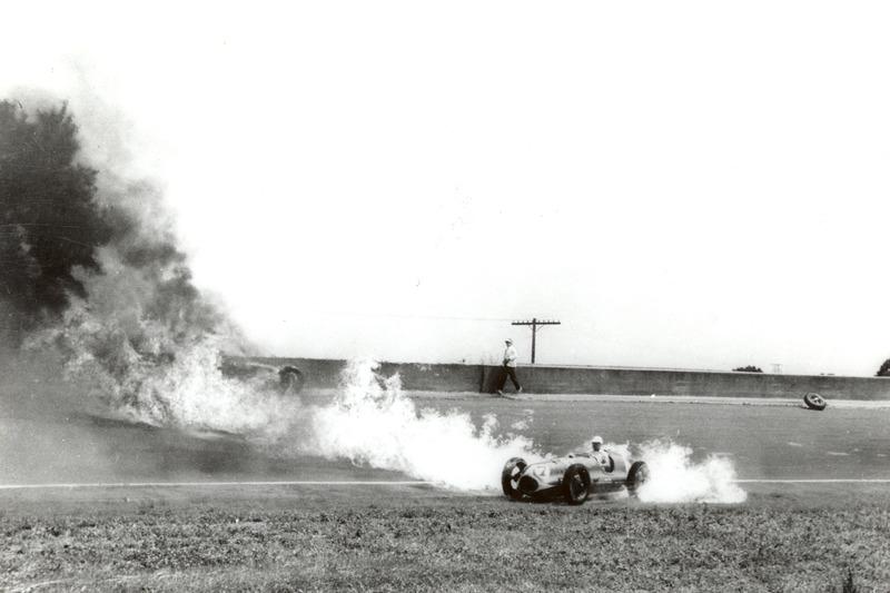 1949: Brandende auto's