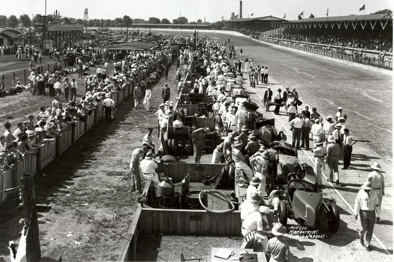1937: Blick in die Boxengasse