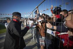 Lewis Hamilton, Mercedes AMG F1 Team signe des autographes pour les fans