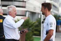 Charlie Whiting, delegado de la FIA con Jenson Button, McLaren