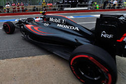 Jenson Button, McLaren MP4-31 sort des stands