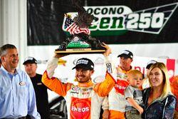 Ganador Kyle Larson, Chip Ganassi Racing Chevrolet con su hijo Owen y novia Katelyn Sweet