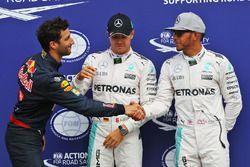 Clasificación top tres en parc ferme: Daniel Ricciardo, Red Bull Racing, tercero; Nico Rosberg, Merc