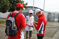 Mick Schumacher, Prema Powerteam, schreibt Autogramme