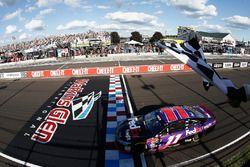 Denny Hamlin, Joe Gibbs Racing Toyota se lleva la bandera a cuadros