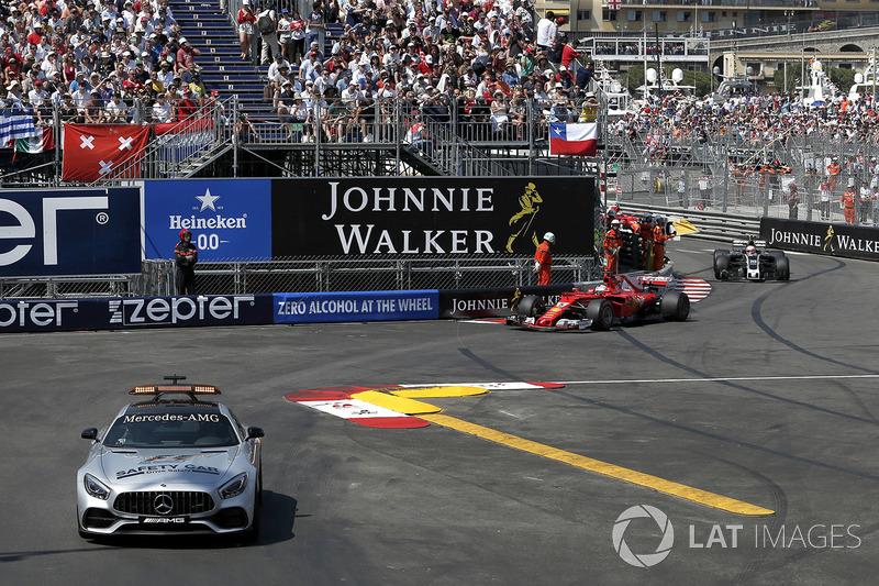 El Safety Car delante de Sebastian Vettel, Ferrari SF70-H