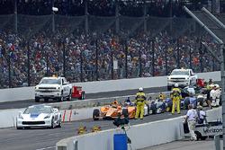 Fernando Alonso, Andretti Autosport Honda en de rest van het veld wachten tijdens de rode vlag situa