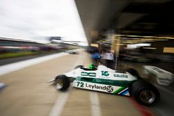 Carlos Reutemann Williams FW07B sale de un garaje de pits