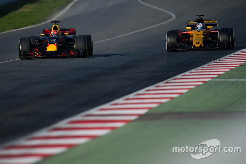 Max Verstappen, Red Bull Racing RB13 y Jolyon Palmer, Renault Sport F1 Team RS17