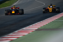 Max Verstappen, Red Bull Racing RB13 and Jolyon Palmer, Renault Sport F1 Team RS17