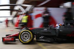 Romain Grosjean, Haas F1 Team VF-17, sort de son garage