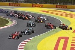 Sebastian Vettel, Ferrari SF70H, Lewis Hamilton, Mercedes AMG F1 W08, y el resto de los autos al mis