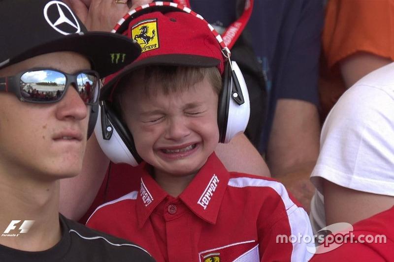 Мальчик, заплакавший после схода Кими Райкконена