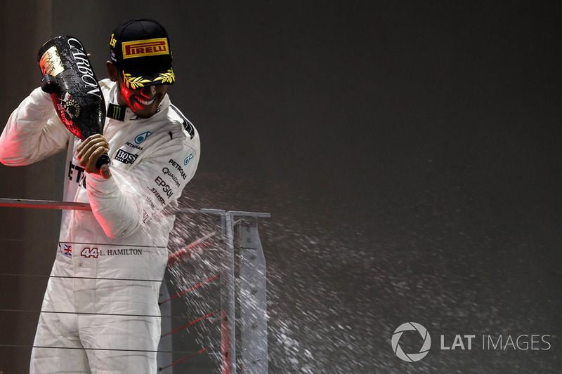 https://cdn-1.motorsport.com/images/mgl/YBM5Man2/s8/f1-singapore-gp-2017-podium-race-winner-lewis-hamilton-mercedes-amg-f1.jpg