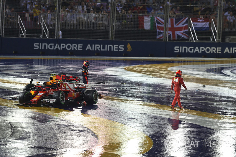 Max Verstappen, Red Bull Racing RB13 y Kimi Raikkonen, Ferrari SF70H después del choque