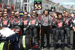 Günther Steiner, Team Principal, Haas F1 Team, et les ingénieurs Haas F1 Team sur la grille
