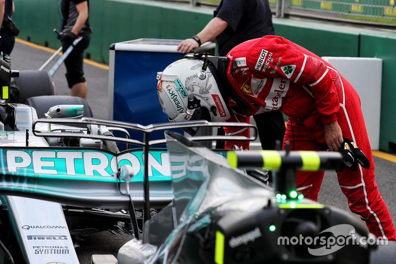 Sebastian Vettel, Ferrari observa el Mercedes AMG F1 W08