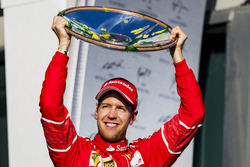 Sebastian Vettel, Ferrari, premier, soulève son trophée