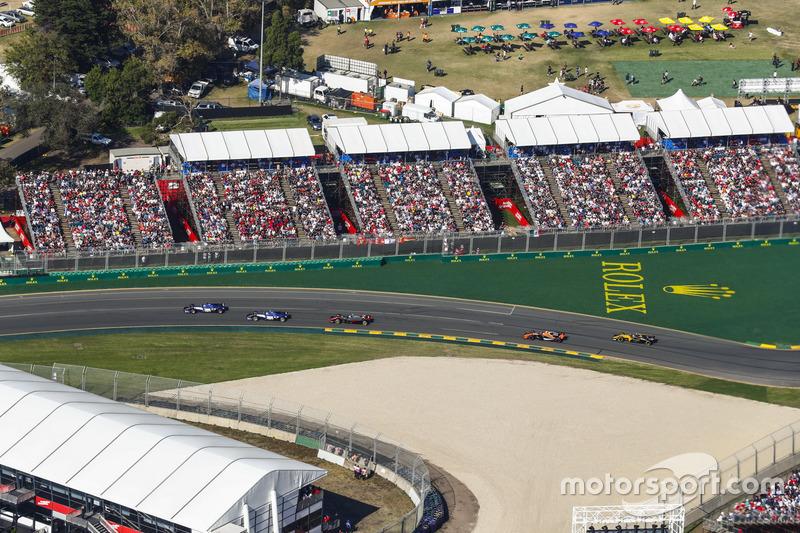 Marcus Ericsson, Sauber C36, precede Antonio Giovinazzi, Sauber C36, Kevin Magnussen, Haas F1 Team VF-17, Stoffel Vandoorne, McLaren MCL32, e Jolyon Palmer, Renault Sport F1 Team RS17
