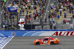 Кайл Ларсон, Chip Ganassi Racing Chevrolet пересекает финишную черту