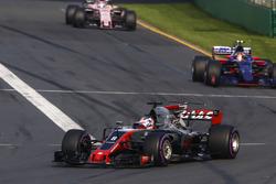 Romain Grosjean, Haas F1 Team VF-17, devant Carlos Sainz Jr., Scuderia Toro Rosso STR12, et Sergio Perez, Force India VJM10