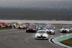 Départ : Davit Kajaia, GE-Force, Alfa Romeo Giulietta TCR mène le peloton