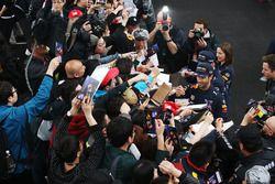 Daniel Ricciardo, Red Bull Racing, et Max Verstappen, Red Bull, signent des autographes
