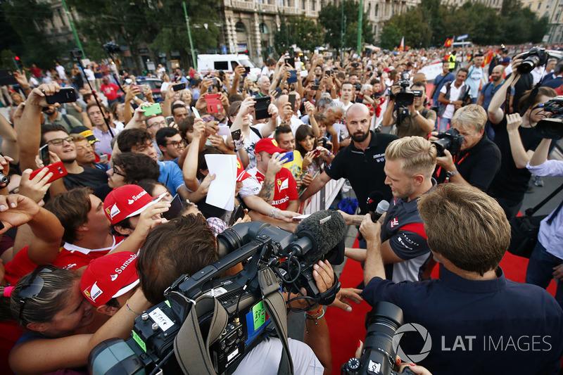 Kevin Magnussen, Haas F1 Team, firma autógrafos en el desfile de Milán