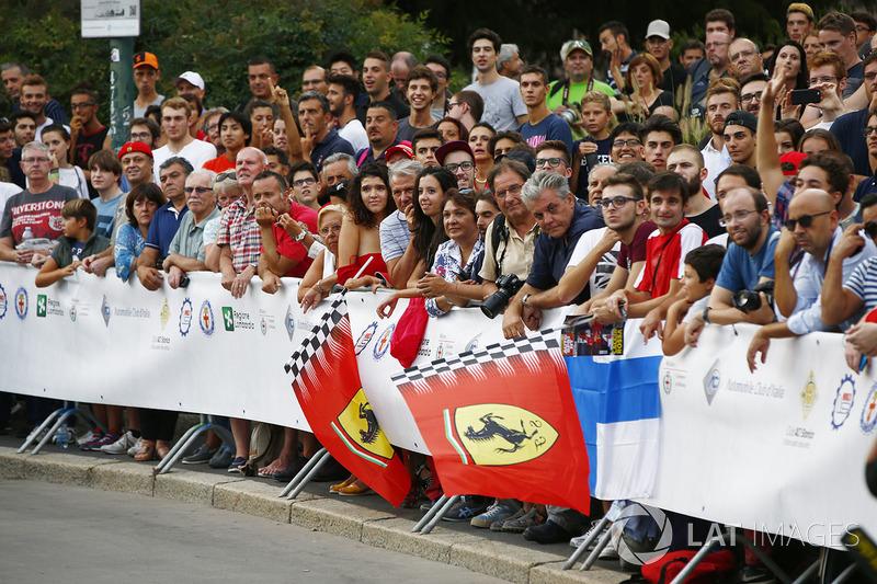 Los fans esperan en el desfile de Milán