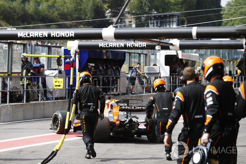 Fernando Alonso, McLaren MCL32, se retira a los pits