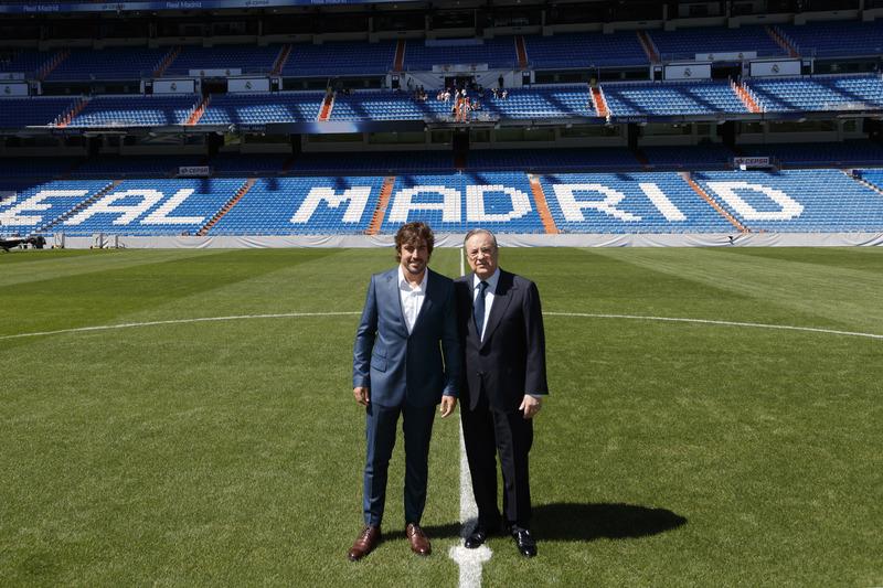 Fernando Alonso con Florentino Pérez, presidente del Real Madrid, en el Estadio Santiago Bernabéu