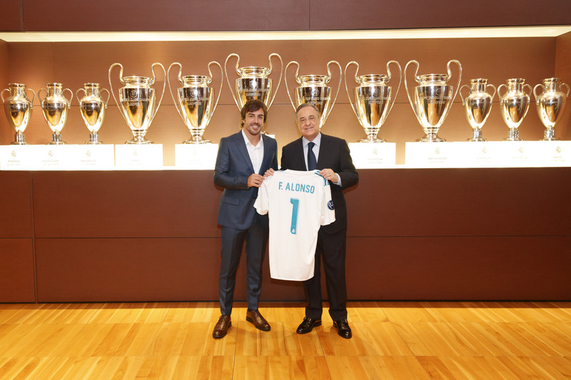 Fernando Alonso posa junto a Florentino Pérez, presidente del Real Madrid