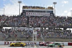 Denny Hamlin, Joe Gibbs Racing Toyota, Kurt Busch, Stewart-Haas Racing, Kevin Harvick, Stewart-Haas Racing Ford