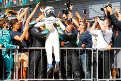 Segundo, Valtteri Bottas, Mercedes AMG F1, celebra con su equipo.