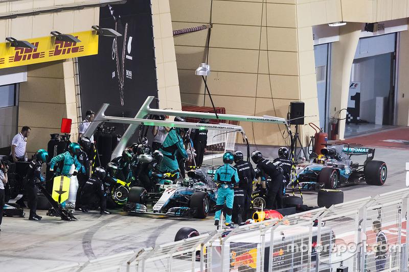 Valtteri Bottas, Mercedes AMG F1 W08 avec les stands avec Lewis Hamilton, Mercedes AMG F1 W08, derrière