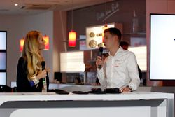 Eve Scheer, Moderatorin, mit Nicky Catsburg, Cyan Racing