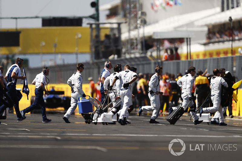 Mechanics clear the grid prior to the start of the race